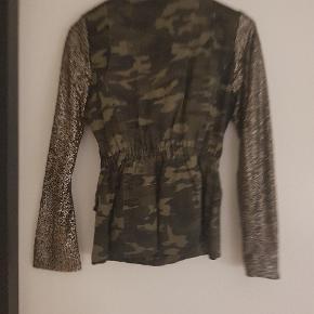 Sælger min fede jakke, da jeg desværre ikke kan passe den, det er en str 38 ,men den er lille i str så vil sige den svare til en str Small .ærmerne er med palietter