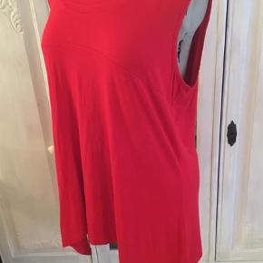 Varetype: Bluse Størrelse: 48 Farve: Rød  Lækker blød og elastisk rød bluse, længere i siderne. Str 2XL. Sender gerne. Se også mine andre annoncer.
