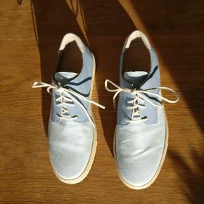 Et par flotte lyseblå sko fra det danske skomærke House of montague, modellen kaldes Rozanna blue og er ikke en sko man tit finder. Passer sandt ifh. Str.  OBS. Spænderne som ses på første billede er med længere.