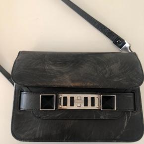 Super fin og unik PS11. Farve: Grey Chalkboard og sølv hardware . Købt på Vestiaire for 6 mdr siden. Købt af ReBag og har derfor både original dustbag og authentic card fra dem. Ligger snarest billeder op af det hele. Tasken er i super fin stand. Næsten ikke brugt da jeg købte den og er ikke brugt mere end 1-2 gange om ugen siden den er købt.   OBS: Tasken på billedet er min taske  Useriøse bud og latterlige spørgsmål besvares ikke.