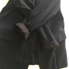 Mørkeblå nålestribet blazer 👔 Størrelse 40 📏 Aldrig brugt - prismærket sidder stadig i♻️ Original pris: 150 kr. 💰 Nu: 100 kr. 👌🏻 . #karolinesklædeskab