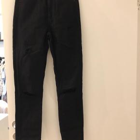Sort jeans med huller i fra Calvin Klein. Str. 27