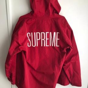 Supreme jakke fra 2013. En jakke du ikke finder på mange kroppe i Danmark!  Der er et lille hul på den, men ikke nogen der rigtigt ses ved brug.  Størrelse Large  Cond: 8/10