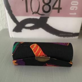 Fin lille unik 80'er vintage/retro beholder til læbestift sælges 💜 Den er lidt slidt udenpå, som det kan ses på billederne, men udover det er den i fin stand både mht. Spejlet og lukningen osv.  Kan også hentes på min adresse 👈