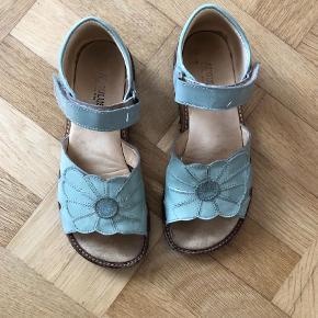 Varetype: Sandaler Farve: Støvet Grøn  Super fin åben sandal i støvet grøn/ turkis grøn lak med velcroluk. Indvendigt mål 21,5 cm. Købes som beset på billeder. Pris forudsætter MobilPay og skal tilægges porto.