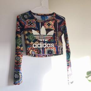 Cropped langærmet t-shirt fra Adidas. Brugt en gang.