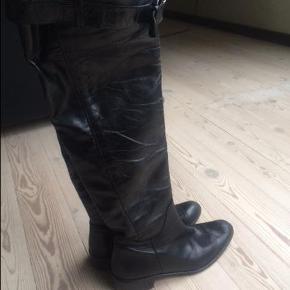Varetype: Over knee støvler Farve: sort Oprindelig købspris: 1999 kr.