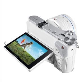 Sælger mit flotte Smart Samsung Camera NX300.  Det bliver ikke brugt desværre, så det er så godt som nyt.   Alt original følger med  Inkl kamera taske.   Den indeholder:  Kamera Flash  Hukommelseskort  2x batterier Taske CD-Rom (aldrig brugt)  Køber betaler TS gebyr