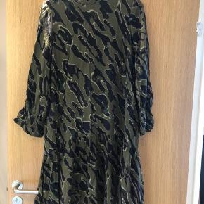 Mørkegrøn kjole. Fine detaljer på ærmer