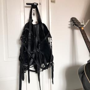 Jeg må desværre sælge min Alexander Wang Kirsten taske (den store model), da jeg ikke bruger den nok. Den fremstår i rigtig flot stand, dog faldt hanken af til crossbodystroppen, så jeg har bare bundet den fast, som man kan se på billedet - det fungerer dog super fint, også med tung vægt, og man kan ikke se det i brug. Jeg har stadig hanken, så den kan godt fikses. Dustbag medfølger :)
