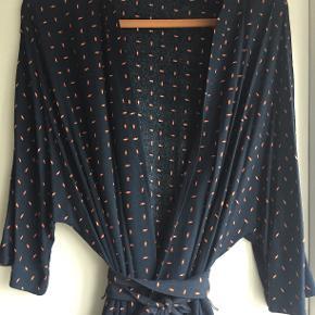 Super fin kimono, der kan bruges ud over jeans, som kjole med eller uden bindebæltet.   Bytter ikke - køber betaler ts gebyret