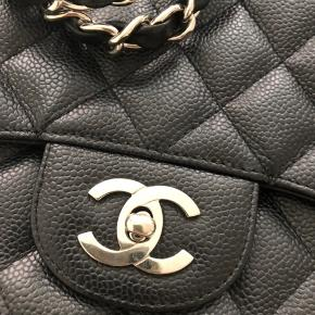 Chanel Jumbo med sølv hardware og caviar skind. Købt af deedee i 2016. Tasken er fra 2012. Den er så flot velholdt. Der er ingen slid.  Dustbag medfølger.