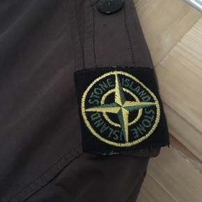 Fantastisk varm jakke fra Stone Island. Mørkebrun. Meget eftertragtet vintage model med det ikoniske kompas badge på skulderen. Skriv for flere informationer og billeder. Str 3XL men passer XL/XXL. Ingen skambud. Originalpris ~5000kr.