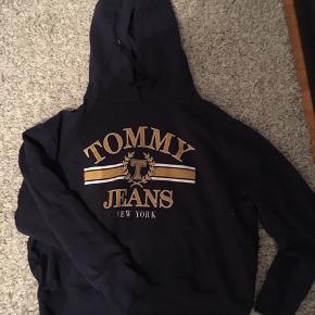 Tommy Hilfiger hoodie. Købt for 800kr og er kun brugt et par gange. Virkelig dejlig og blød hoodie også er fittet på den oversized. Str på trøjen er M. BYD meget gerne med en pris:)