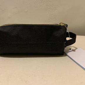 Sort Unisex mindre pouch bag til kosmetik, mindre accessories eller penalhus. Mål: længde ca 20 cm bredde og dybde ca 7 cm (kan evt muligvis sendes for 20 via postnord)
