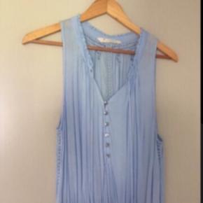 Fin kjole.. Fejler intet har dog en enkelt tråd udtrækning i mønstrer i livet.. Pris 300 pp via mobilepay