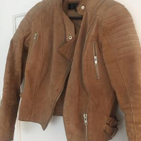 Super fin jakke fra Meotine. Den er brugt, men standen er god. Str. Small. Kvittering haves. BYD!!