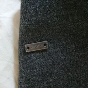 Lækker uld nederdel i blød kvalitet. Som ny størrelse 6, hvilket svarer til en large ca.