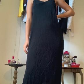 Sort kjole. Slids i siderne. Elastiske stropper.  Jeg er 160 høj💞