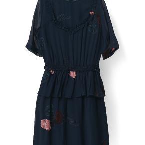 Sådan en flot Ganni kjole i mørkeblå m/rødlige og pink blomster. Indsnævret i taljen, som kan ses på billede 2*. Den lækre georgrette kvalitet, de laver så meget af deres tøj i. Brugt 2 gange, men jeg passer ikke efter graviditet ✌  *billede fundet via Google