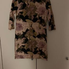 Blomstret kjole fra Vila str m  Med lynlås i ryggen og 3/4 ærmer.  Brugt 1 gang. Køber betaler Porto.