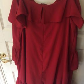 Midi lang sommerkjole i rød. Brugt 2 gang og har justerbare stropper