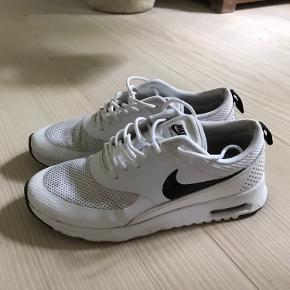 Indersiden af hælene er lidt slidt. Desværre for små til mig, derfor sælger jeg disse fede Nike Air Max Thea