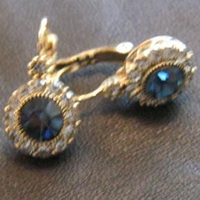 OPRYDNING I SMYKKESKRINET ! Et par flotte forgyldte øreringe med blå sten fra Audrey Vintage (nye) - fået i gave, men aldrig fået dem brugt. str.: 2 cm Pris: 200 kr. PP