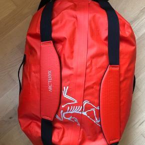 Arc'teryx Carrier Duffel 50 l - Ny  Helt ny Arc'teryx taske (50 l) - i rød - sælges til kr. 615. Nypris kr. 1199.   Kan afhentes i Ll. Salby v/Køge (eller ved nærmere aftale i Nykøbing S eller Søborg v/Gladsaxe)