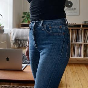 Super flotte, næsten nye Levis. Modellen hedder vist White Oak Cone Denim, og er købt i Levi's butikken på strøget. De er købt med klippede ben.  Minder om 501 modellen, bare en smallere udgave. Størrelse 25.