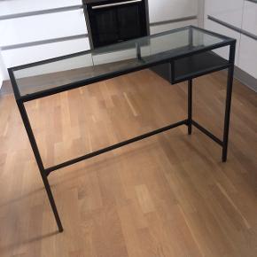 Skrivebord Måler: 1 m i længden   0,36 m i bredden  0,74 m i højden   Sender ikke. Kan afhentes i Odense