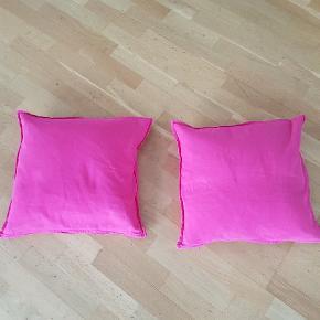 2 friske pink puder  fra ikke ryger hjem  betrækket kan vaskes ved 30 grader  måler 45 x 45   sælges samlet for 80 kr   afhentning på adressen i Hvidovre