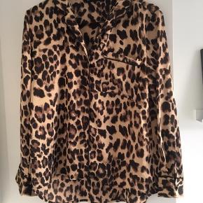 Leo skjorte, str M. Købt hos La femme cph. Brugt få gange. Kan både bruges lukket som skjorte eller åben med en t shirt under 🙏🏻😊 Nypris 300☺️