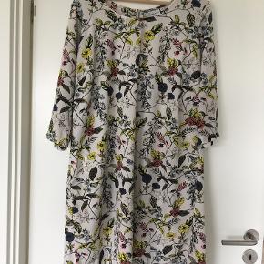 Bredde over brystet 60 cm. Længde 95 cm. 100% polyester. Tynd kjole til en sommerdag. Sidder pænt.