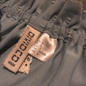 Denne off the shoulder er fra H&M. Den er brugt et par gange, nok omkring 3-4 gange. Blusen er derfor i god stand uden nogle form for skader.