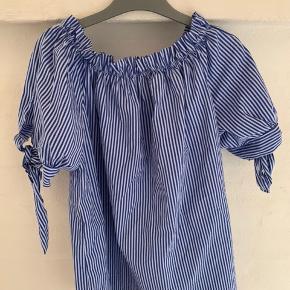 Sød offshoulder. Købt i Italien. Trøjen er one size og passes derfor af alle størrelser.