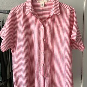 Skjorte tshirt fra h&m i str. 38. Aldrig brugt, som ny. Passes også af str.36 som oversize.
