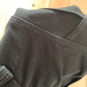 Fine bukser fra Freddy WR.UP. De har en normal talje og er 7/8 i ankellængde. Størrelsen er en XXS, men passer en XS. Der er desværre lidt slid på bukserne, har taget billeder af det. Jeg har ikke oplevet at det generede mig da jeg brugte bukserne. 😊  Kan hentes i Kolding, eller sendes på købers regning. 😊