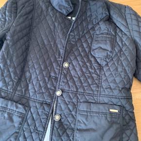 Flot mørkeblå jakke. Brugt meget lidt. Har skrevet str. L fordi det er det den tilsvarer. Massimo Duttis jakker er meget små i str. og jeg køber altid deres XL. Jeg er en str. M/L normalt 😊