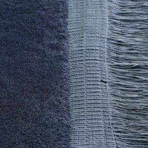 Blåt Uld Raw Hay tæppe brugt en måned (nyrenset)  2000 kr (fast pris)  Afhentes i Køge, Næstved eller Sorø  Vejl. udsalgspris: 4000 kr