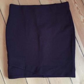 Flot nederdel fra H&M str 36, kan ikke passe den så ingen billeder med den på. Aldrig brugt  Bordeaux