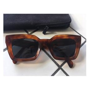 Lækre solbriller fra Céline. Har enkelte ridser på stellet ellers er de super fine.  Modellen hedder Kate