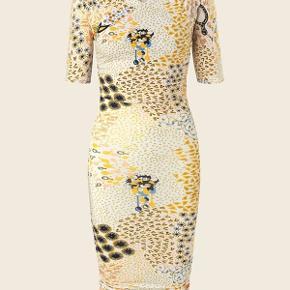 Helt ubrugt bella kjole i paper mix print fra Stine Goya.