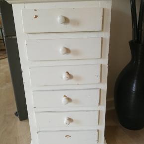 Gammelt skuffe møbel med slid. Mangler den nederste dut.