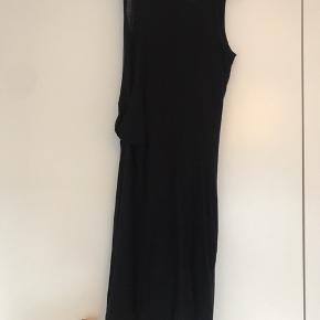Sort By Malene Birger kjole med inder kjole , samme model som på billedet. Jeg syet den bag på helt for neden (se billede) det ikke noget man ser nå den er på.