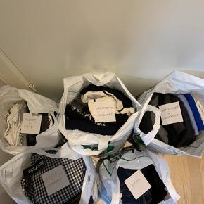 Sælger disse fem tøjpakker, som henholdsvis indeholder: - Kjoler + nederdele = 250 kr - Striktrøjer + langærmet á 2 poser = 250kr pr pose - Bukser = 300kr - T-shirts + toppe = 300 kr   Tøjet er primært en str. xs-s. Hvis det ønskes kan posernes indhold fotograferes. Derudover kan der også blive lavet poser, som indeholder lidt fra hver pose til 300kr.  BYD og skriv endelig!