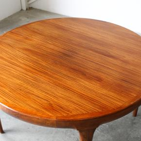 Rundt spisebord i palisander med 2x tillægsplader. Design af Jørgen Linde for Faarup møbelfabrik. Selve pladen er i fin stand, pladerne med nogle brugsspor.  Måler 120ø, 73 h. 2 x tillæg af 50 cm. Pris 5500,-  Retro. Vintage. Ib kofod larsen. Palisandertræ. Teak.