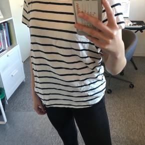 Hvid t-shirt med blå striber. Er aldrig blevet brugt.   Str. 38  (Model: 165 cm / 5'5 Bruger normalt str. M)