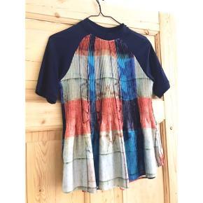 Fin t-shirt fra Zara med høj krave og plisseret farvet stof. Fremstår som ny
