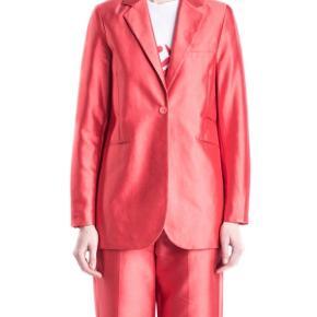 Whyred silke blazer i den smukkeste røde farve. Brugt 1 gang Købt sidste år til 3900